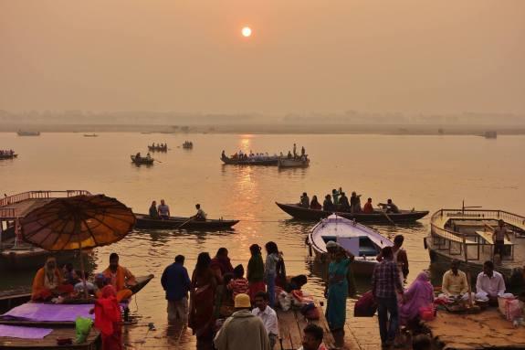 lever de soleil sur le gange à Varanasi