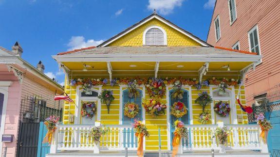 maison jaune fleurie