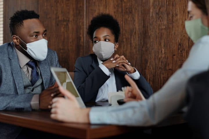 Coronavirus : les masques artisanaux interdits en entreprise