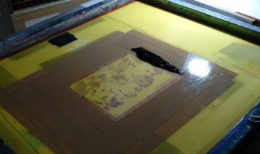 L'écran : tissu tendu sur un cadre