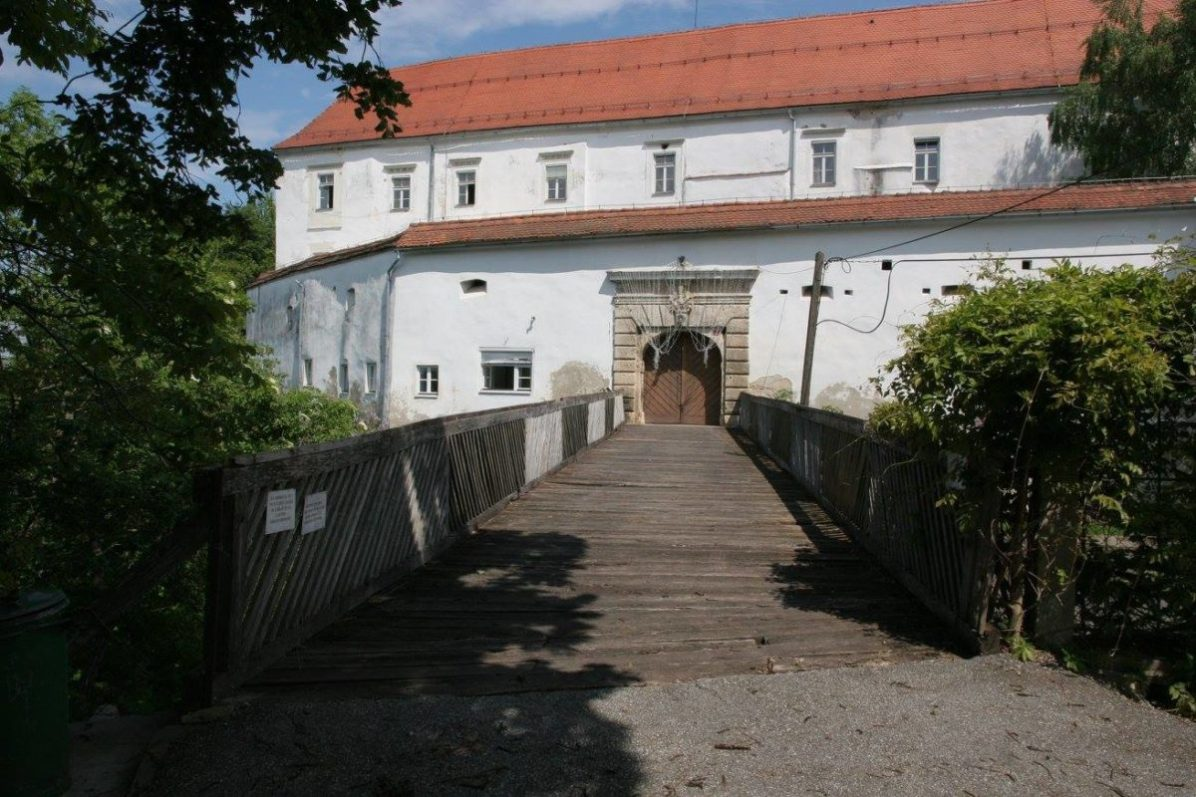 """In the nearby """"Museum of Madness"""", which has its place on the cliff above the Mura, in the castle Cmurek in Trate, they put on display an exhibition of photographs of all the fish."""