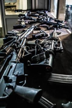 geweren-op-tafel