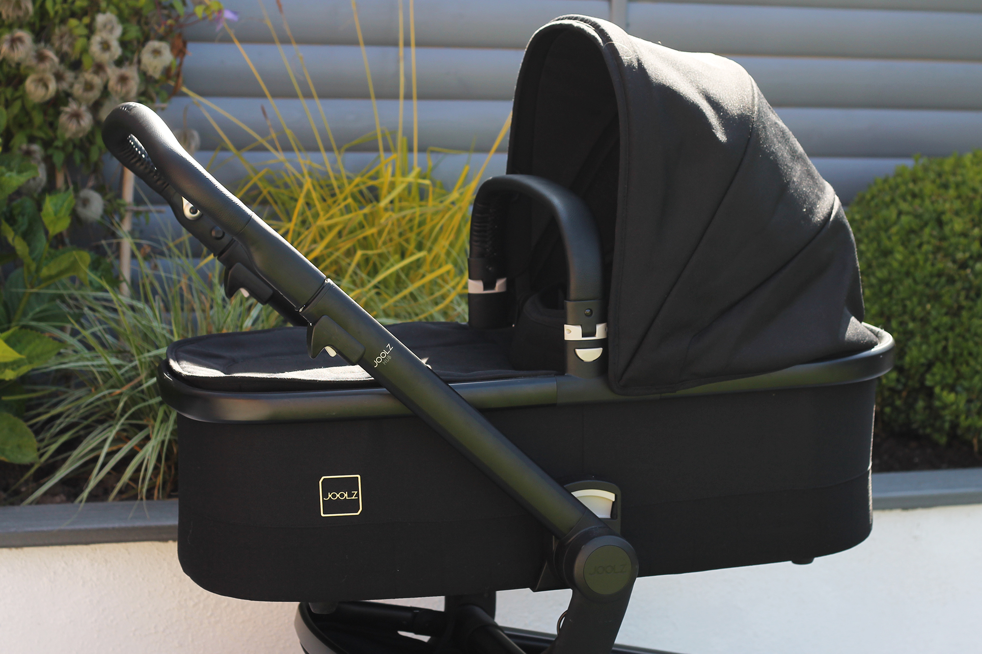 The carry cot of the Joolz Hub travel system in black