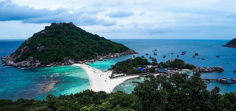 3 small islands connected by a beach is known as Koh Nang Yuan