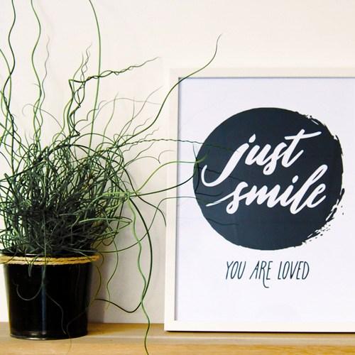 """L'affiche """"Just smile"""" dans un cadre 30x40 cm"""