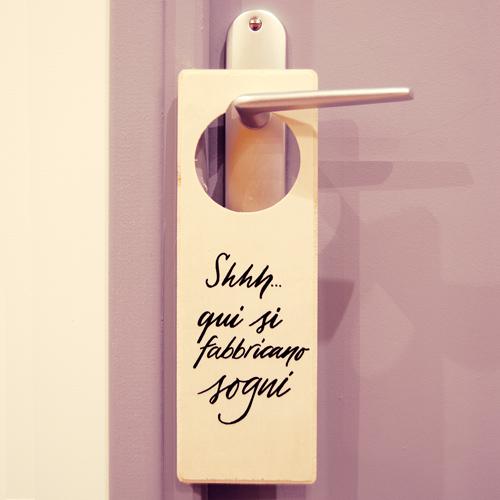 """Cartello per porta """"Shhhh, qui si fabbricano sogni""""."""
