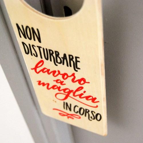 Idee regalo per chi ama fare a maglia: cartellino in legno da apendere | Calligrafia Marika Salerno