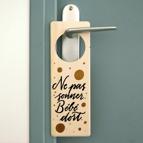 "Idée cadeau bébé: plaque de poignée de porte ""Ne pas sonner. Bébé dort"" | Calligraphe Marika Salerno"