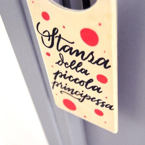 Regali per neonati: doorhanger decorato a mano per la cameratta di una bambina, con pois rosa   Letters Love Life