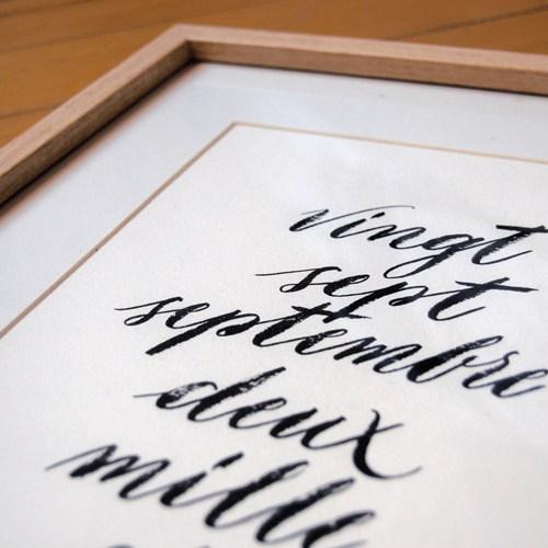 Idée cadeau de naissance, pour décorer la chambre d'enfant : date de naissance en calligraphie | Marika Salerno
