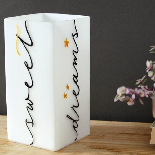 Idée déco originale: lampe pour la table de chevet avec calligraphie/lettrage noir et détails or | LettersLoveLife