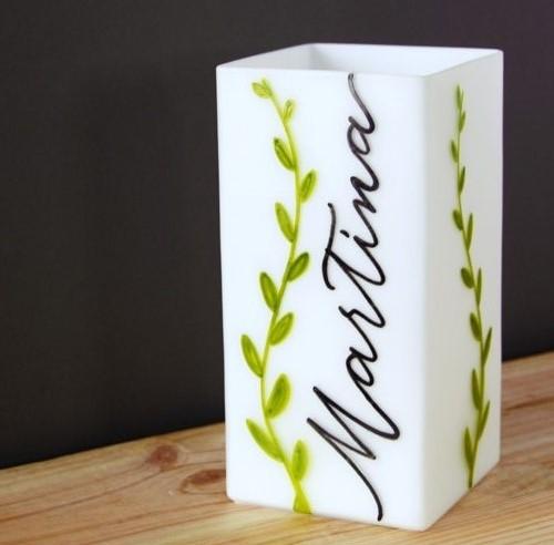 Lampe personnalisée avec prénom et des branches avec des petites feuilles: une idée cadeau de naissance Letters Love Life