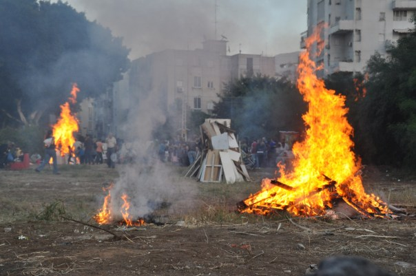 Firing up Lag B'Omer in Tel Aviv. צילום: אורן פלס [CC BY 2.5], via Wikimedia Commons