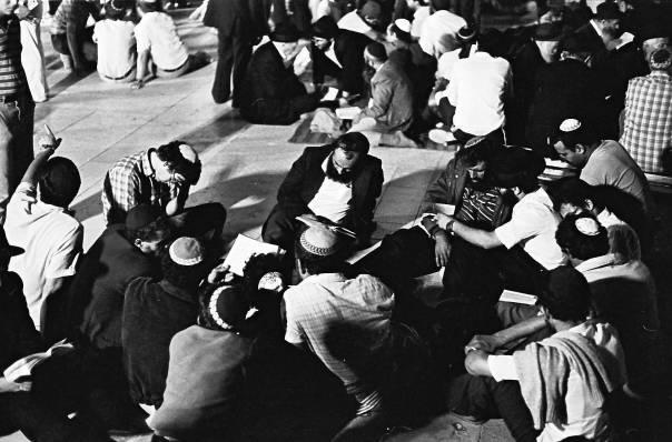 Listening to Lamentations on Tisha B'Av evening at the Kotel. SAIMI [CC BY 2.5], via Wikimedia Commons