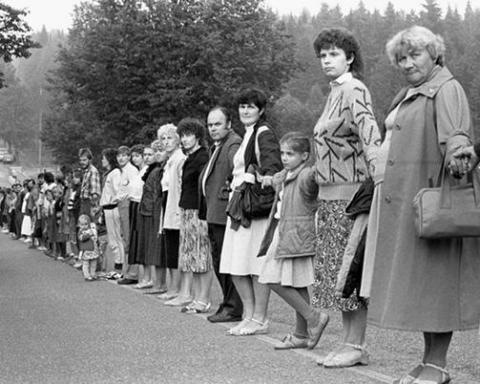 La lunga fila di persone mano nella mano in protesta nei paesi baltici