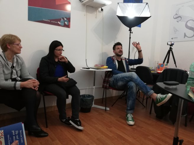 """Un momento della serata del gruppo di lettura di CasSirio con il direttore editoriale della casaeditrice. Si discuteva del libro di Sirio Lubreto """"Sul fondo sta Berlino"""""""