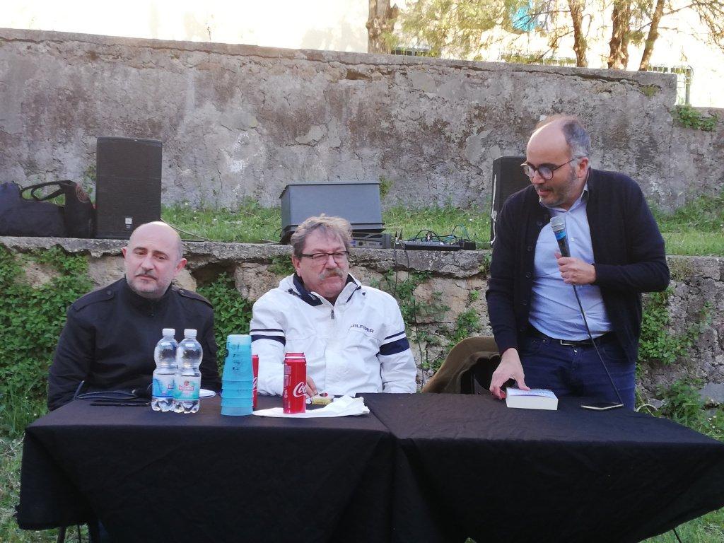 """Paco fra Lorenzo Ribaldi (La Nuova Frontiera) e Christian Raimo (scrittore, giornalista e insegnante) Tufello, Maggio 2019, presentazione del libro """"L'ombra dell'ombra"""""""