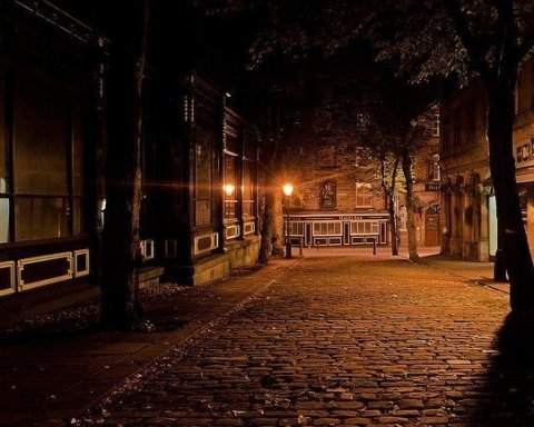Città inglese di notte. Mr. Salary è il racconto di Sally Rooney su sukie e Nathan e il loro rapporto al rientro di lei in irlanda per stare vicino al padre malato. La Rooney è una delle autrici di riferimento del momento