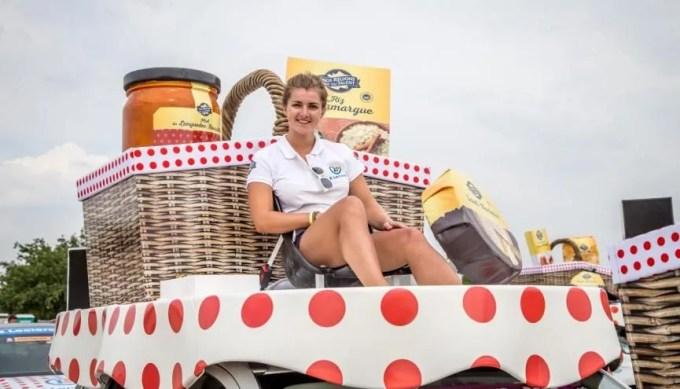 Morgane étudiante en M2 en école de commerce distribue des échantillons de produits Leclerc sur le Tour de France 2019. //©Dream Art Média