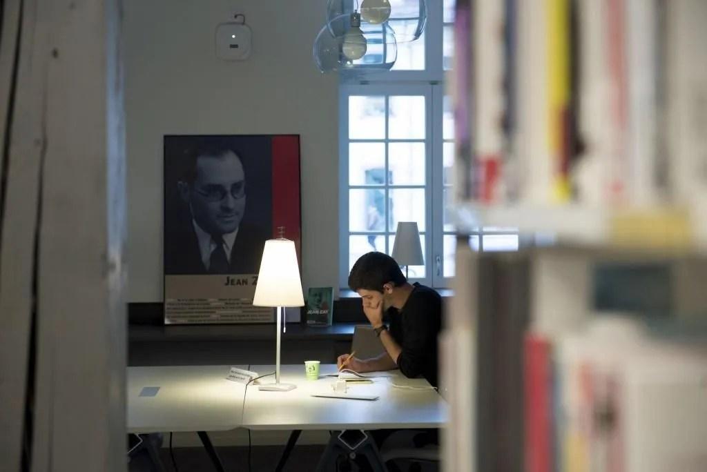 """Labellisée """"centre de documentation européenne"""", la bibliothèque abrite 46.000 ouvrages. //©Cyril Entzmann/Divergence pour l'Etudiant"""