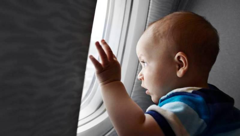 bambino piccolo in aereo