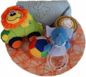 Een gezellig kraambord met een speeltjes, een badcape en een rammelaar als kraamvisite cadeau voor medewerkers van een zakelijke klant