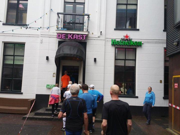 Bij café De Kast naar binnen.
