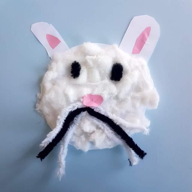 Knutselen voor Pasen: de leukste ideeën, paashaas knutselen met watten en pijpenrager. easter bunny crafting