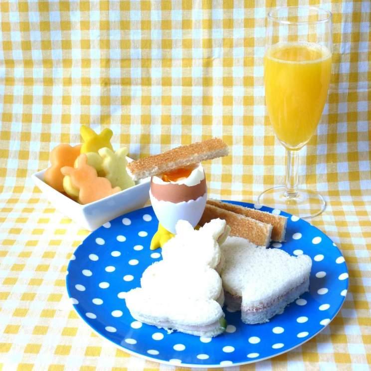 Recepten voor de paasbrunch en het paasontbijt met kinderen, zoals sandwiches en paasfruitsalade