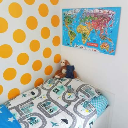 Kleine kinderkamer in geel, turkoois, petrol, kobalt, lichtblauw, mint, groen, grijs en wit. Room Seven behang Dots Yellow. Janod Magnetische wereldkaart