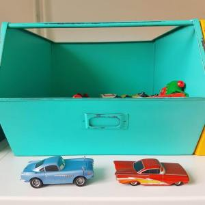 Kinderkamer in geel, turkoois, petrol, kobalt blauw, lichtblauw, mint, groen, grijs en wit. Kleine kinderkamer in geel, turkoois, petrol, kobalt, lichtblauw, mint, groen, grijs en wit. Kidsdepot metalen opbergbakken. Cars auto's