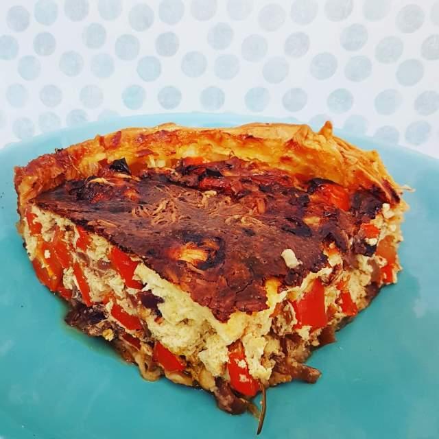 Recept: gezonde groenten-quiche voor kids, eieren, melk, paprika, rode ui, geitenkaas, thijm, rozemarijn, bladerdeeg