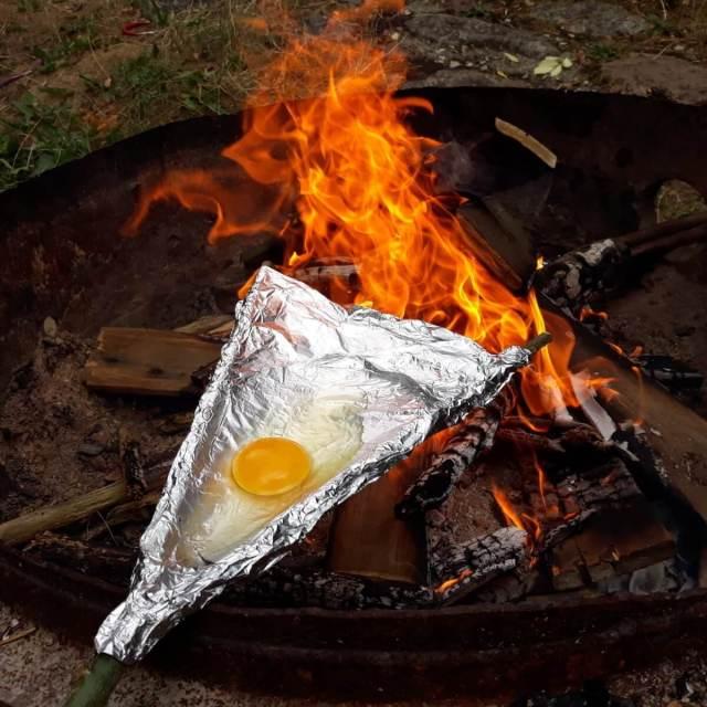 Outdoor Handboek: dit is niet zomaar een boek,dit is het begin van een avontuur, ei bakken met tak en aluminium folie