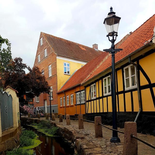 Vakantie met kids: sprookjesachtig Funen in Denemarken - de oude stad Bogense met strand en haven, oude stadsbeek naast Cafe Solo