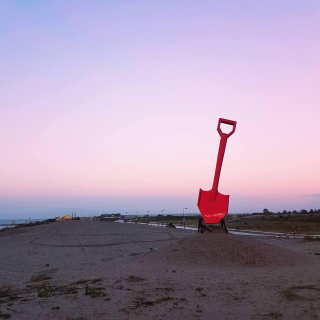 De rode schep op weg naar het nieuwe strand van Amsterdam IJburg, op de rand van Centrumeiland en Strandeiland