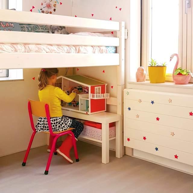 Binnenkijker: kleine witte kinderkamer met roze en geel, met Flexa classic hoogslaper en Lundby poppenhuis met Playmobil er in