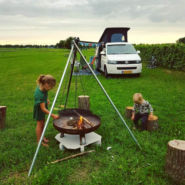 Kamperen in de achtertuin van Campspace boerderij De Lieve Wies met Volkswagenbusje