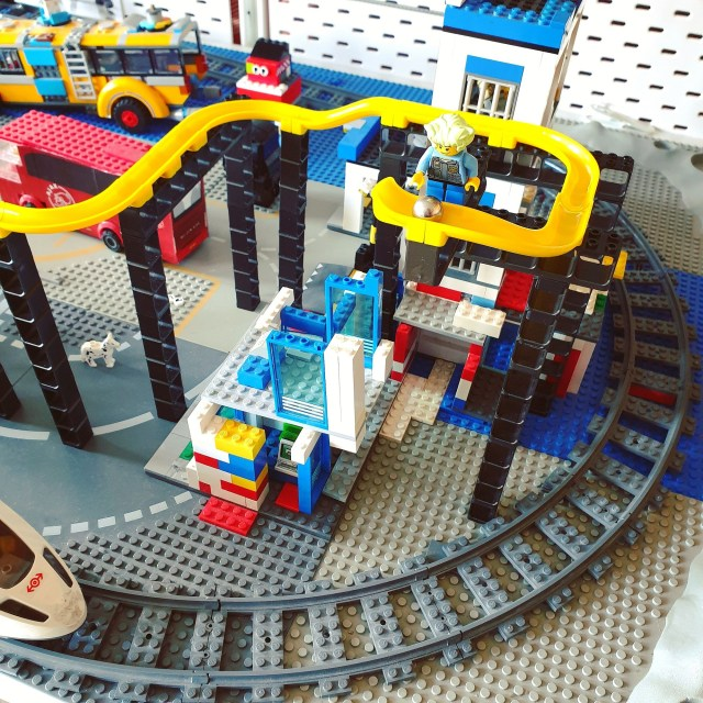 Hubelino Pi knikkerbaan in combinatie met LEGO City