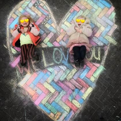 Stoepkrijt tekening voor vaderdag of moederdag - hartje met tekst