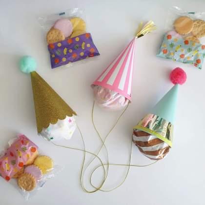 Corona proof voorverpakte traktatie ideeën: verjaardag op school of crèche - likkoekjes met feesthoedje