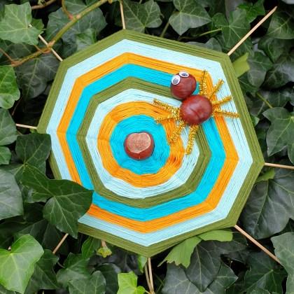 Herfst knutsels: samen knutselen als het buiten kouder wordt, zoals dit spinnenweb van kastanjes met spin er in