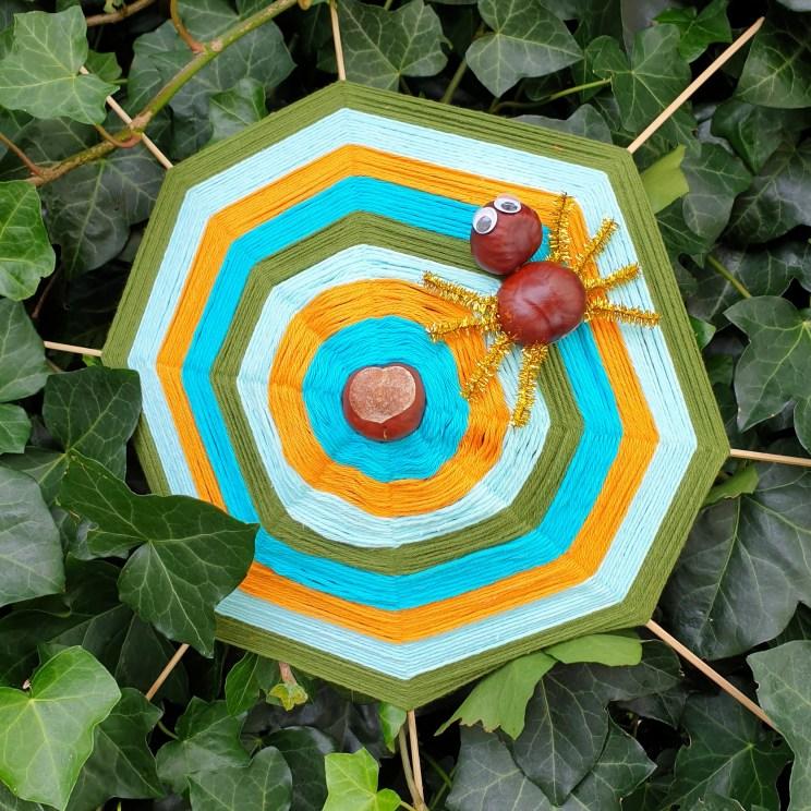 Herfst decoratie knutselen: spinnenweb van kastanjes met spin er in
