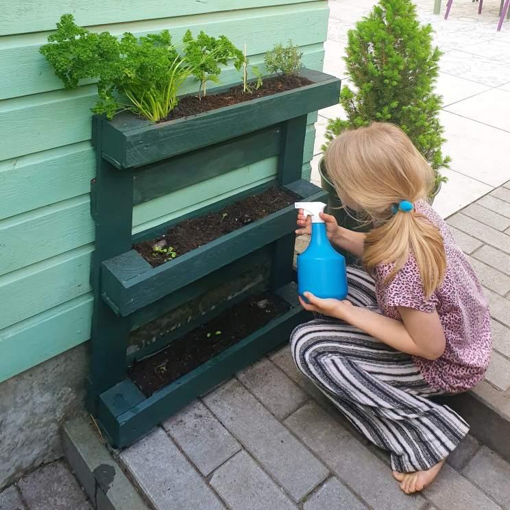 Plantenbakken voor moestuintjes: ideeën om te knutselen en uit de winkel. Deze bak maakten we van pallets, een palletbak is makkelijk om te maken met kinderen.