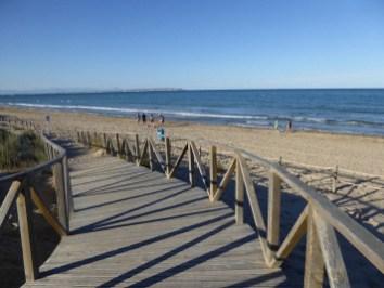 Holzbrücke zum Meer