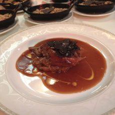 L'épaule d'agneau de lait des Pyrénées, confite au four pendant 5h, arrosée de son jus de cuisson à l'ail et au thym, gratin de courges et râpé de truffe Tuber Albidum Picopré