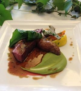 Magret de canard rôti, légumes du moment, crème de purée de petits pois, jus truffé