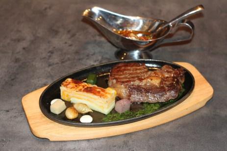Le boeuf argentin, servi avec la sauce traditionnelle