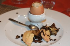 Oeuf coqué, bille de glace au foie gras, foie gras poêlé, champignons, truffe Tuber Melanosporum à La Table de Fanette