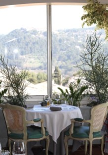 Hostellerie Bérard, Depuis la salle du restaurant, une jolie vue sur le Village du Castellet