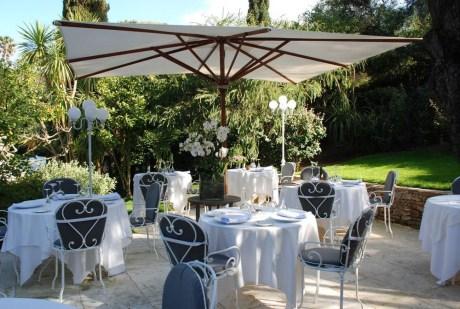 En été, déjeuner et dîner se déroulent en terrasse